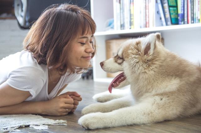 smile-woman-and-dog